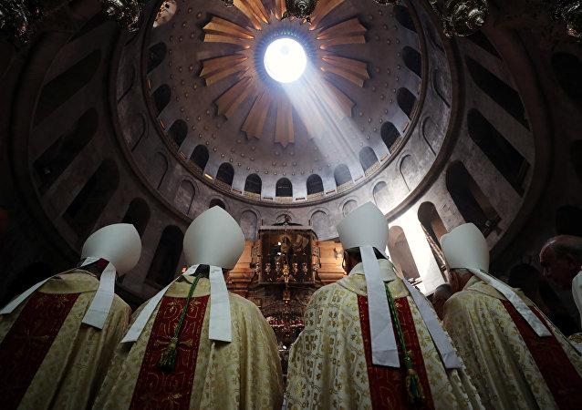 رجال الدين يشاركون في حفل الغسل الكاثوليكي للقدمين في أسبوع عيد الفصح المقدس في كنيسة القيامة في مدينة القدس القديمة