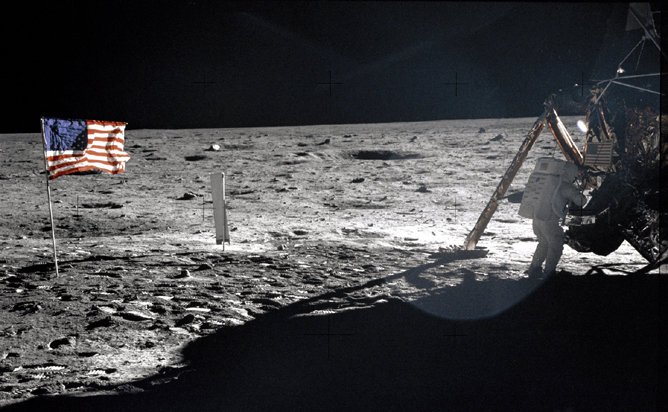 صورة للعلم الأمريكي على سطح القمر