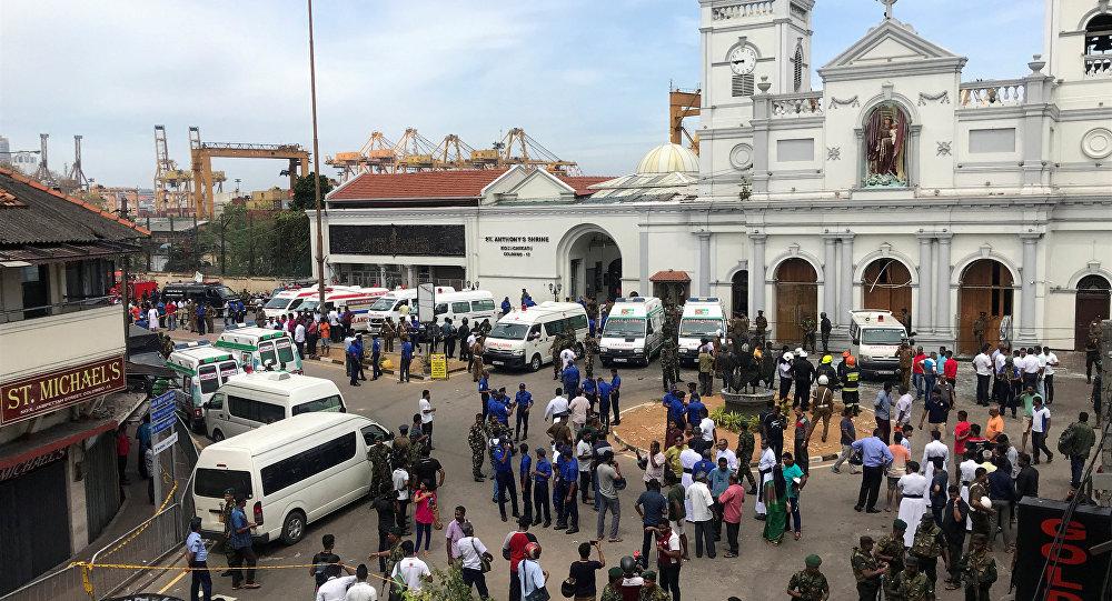 مسؤولون عسكريون سريلانكيون يقفون أمام ضريح القديس أنتوني، وكنيسة كوتشيكادي بعد انفجار في كولومبو