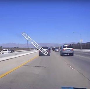 سلم معدني طائر يهشم زجاج سيارة على طريق سريع في مدينة لاس فيغاس الأمريكية