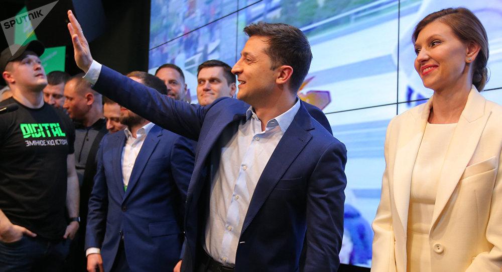 فوز الممثل الكوميدي زيلينسكي بالانتخابات الرئاسية في أوكرانيا