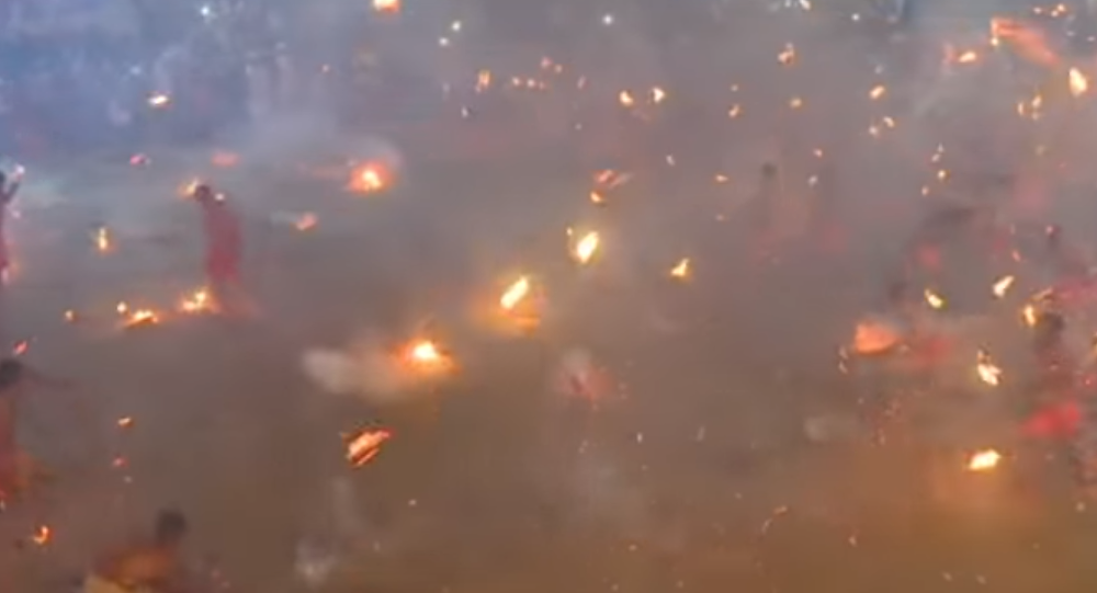 """بالفيديو... """"معركة النار"""" تحول ساحة الاحتفال لكرة ملتهبة"""