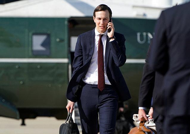 مستشار البيت الأبيض كوشنر أثناء سفره إلى ميشيغان من قاعدة أندروز المشتركة في ماريلاند