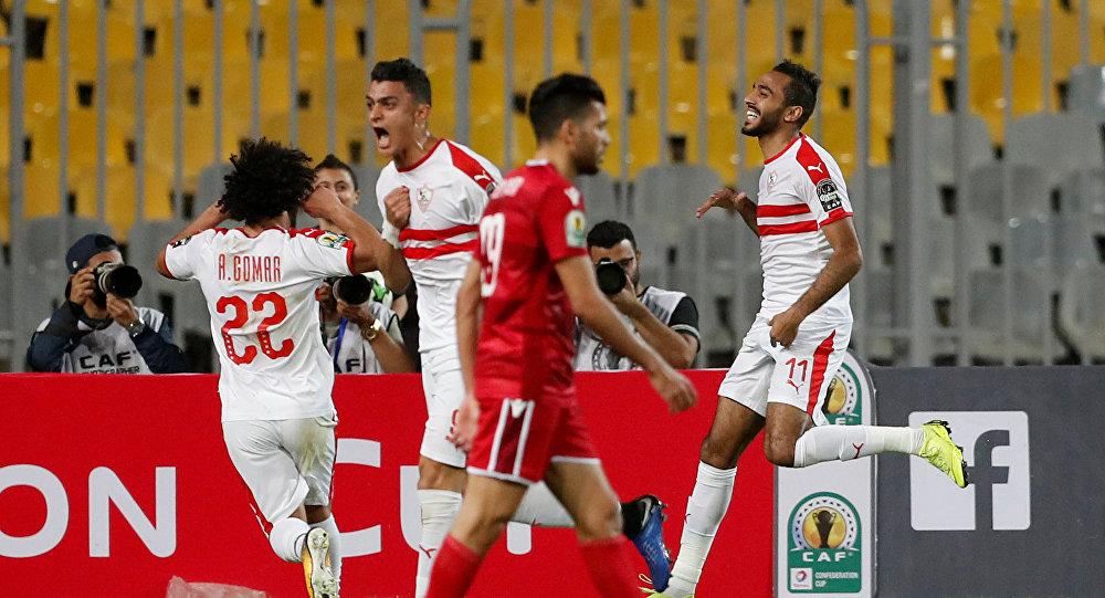 لاعبو نادي الزمالك المصري يحتفلون بتسجيل هدف في مبارة النادي مع نادي النجم الساحلي التونسي في بطولة الكونفدرالية
