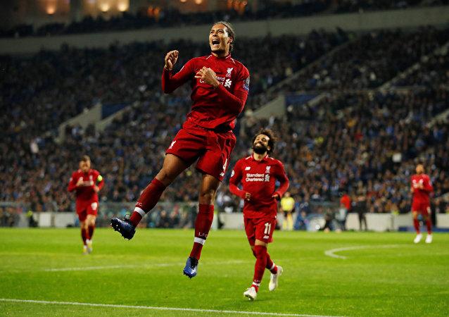 محمد صلاح وفان ديك لاعبي ليفربول الإنجليزي