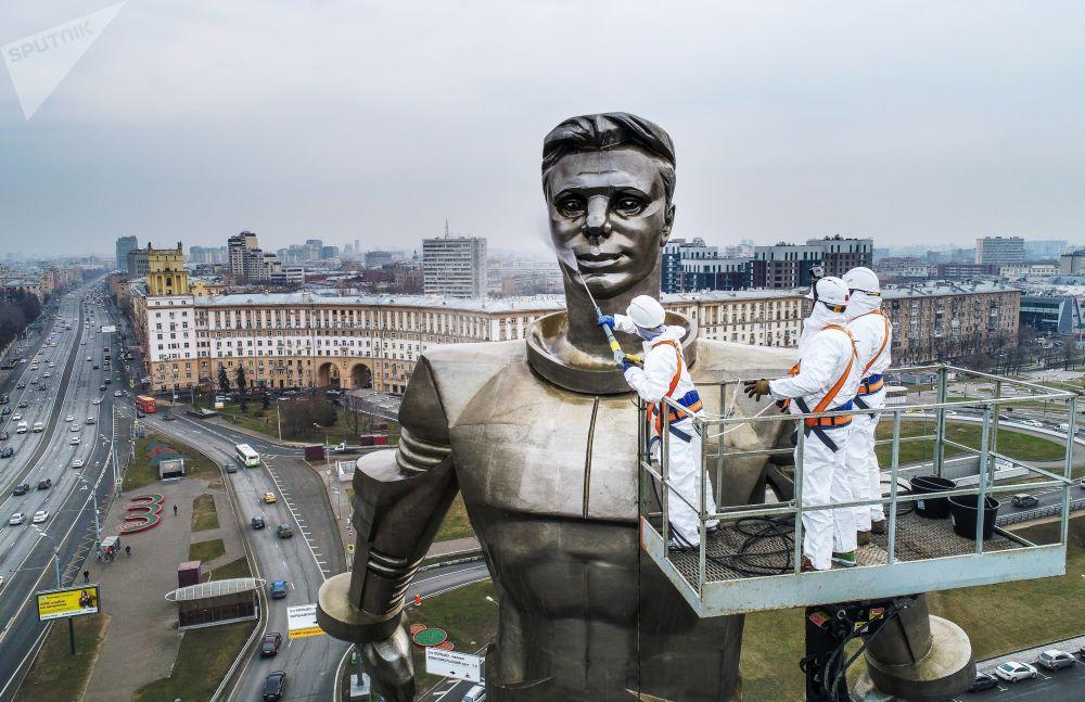 تنظيف النصب التذكاري لرائد فضاء يوري غاغارين في شارع  لينينسكي بروسبكت في موسكو