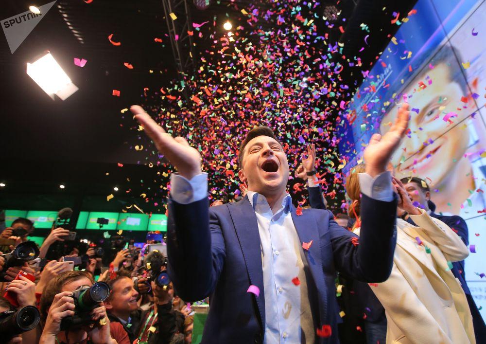 فلاديمير زيلينسكي، المرشح الرئاسي لحزب خادم الشعب، في مقره الخاص في مركز باركوفي للمعارض والمؤتمرات بعد الإعلان عن النتائج الأولى للجولة الثانية من الانتخابات الرئاسية الأكرانية