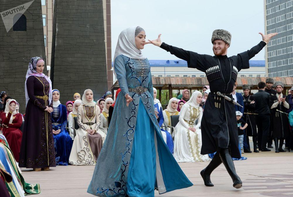 عروض لفنانين بالقرب من مسرح الدولة وقاعة الحفلات الموسيقية في غروزني خلال الاحتفال بيوم اللغة الشيشانية في غروزني