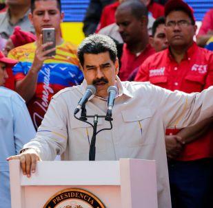 الرئيس الفنزويلي الفعلي نيكولاس مادورو يتحدث أمام  أنصاره في كاراكاس، فنزويلا
