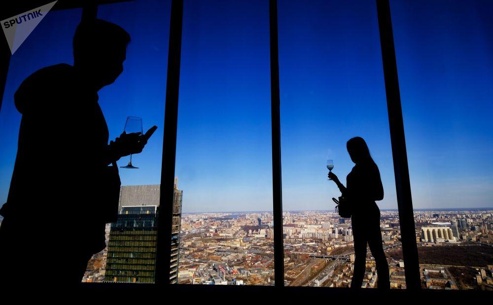 زوار منصة المشاهدة بانوراما 360 (PANORAMA360)، على الطابق الـ89 من ناطحة السحاب فيديراتسيا (الاتحاد)، في المجمع الاقتصادي الدولي موسكفا-سيتي (موسكو سيتي)