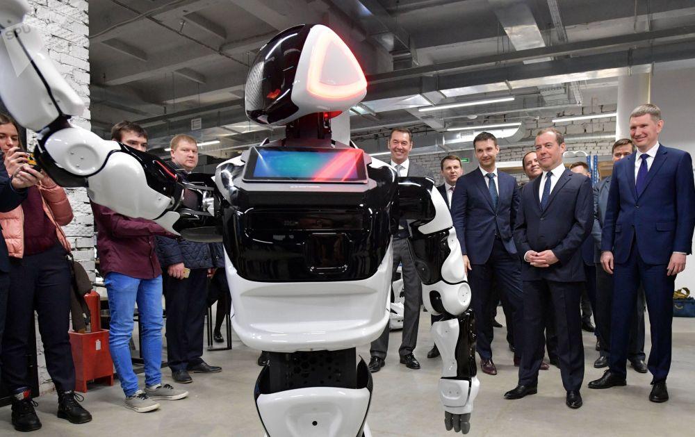 رئيس الوزراء الروسي دميتري ميدفيديف خلال زيارته إلى جناح شركة Promobot في بيرم، 2 أبريل/ نيسان 2019