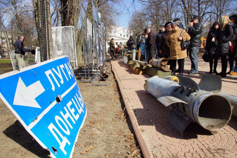 زوار معرض لأدلة على العدوان العسكري للقوات المسلحة الأوكرانية في لوغانسك