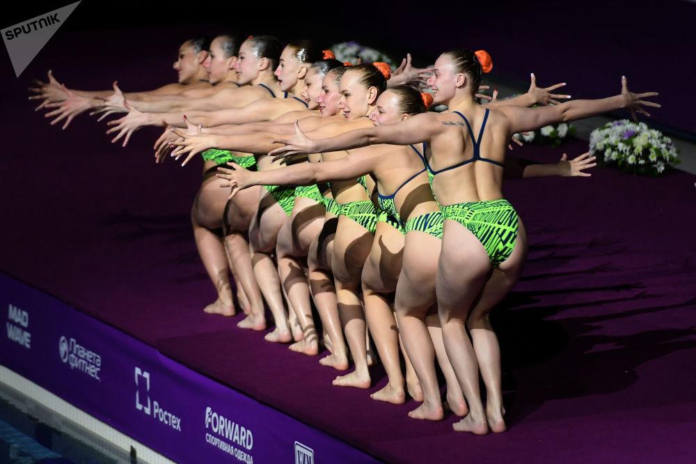 أداء رياضيات السباحة الإيقاعية في الفريق الوطني البيلاروسي، في إطار حفل كجزء من المرحلة الثالثة من بطولة العالم للسباحة الإيقاعية 2019 في قازان