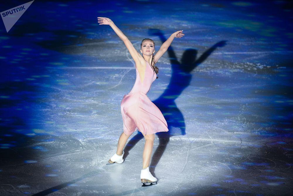 المتزلجة الروسية  ألكسندرا ستيبانوفا أثناء عروضها الفني في حفل إيليا أفيربوخ: عامًا من النجاح في ملعب لوجنيكي الرياضي الصغير في موسكو