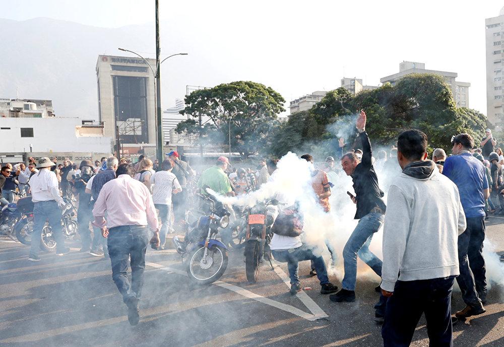 إطلاق غاز على أنصار غوايدو في فنزويلا