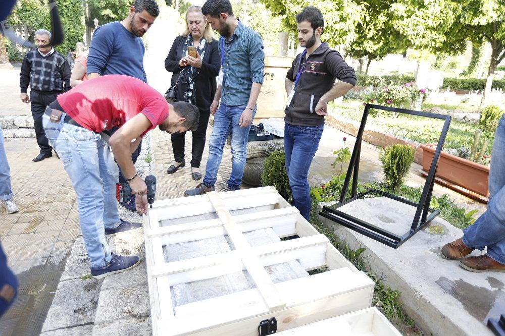 مغترب سوري يسترحع لبلاده بابين آثريين بعد ستين عاما على سرقتهما