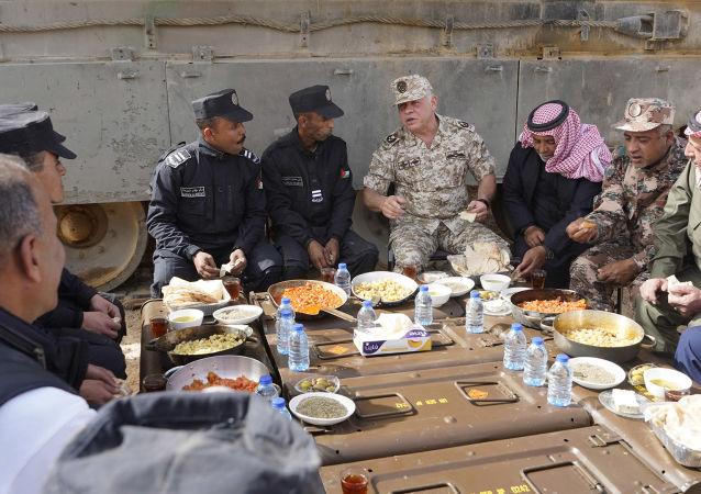 الملك الأردني يلتقي رفاق السلاح خلال تمرينات عسكرية ويتناول وجبة الفطور معهم