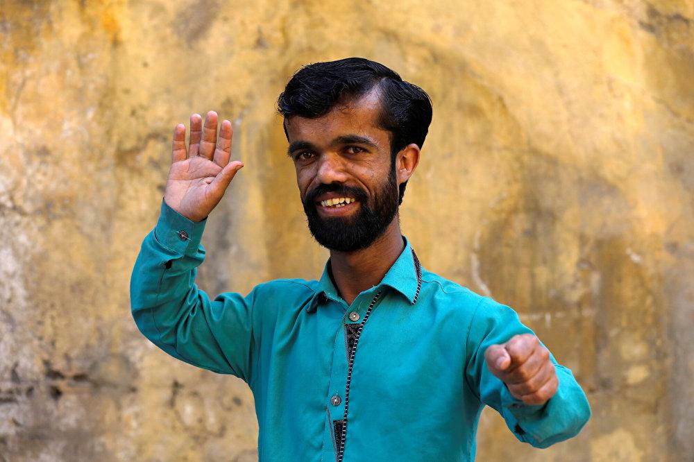 الباكستاني روضي خان الذي يشبه الممثل الأمريكي يتر دينكليج من مسلسل صراع العروش