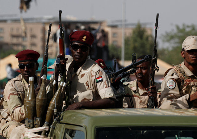 جنود سودانيون على مركباتهم وهم يتحركون مع قافلة عسكرية خارج مجمع وزارة الدفاع في الخرطوم