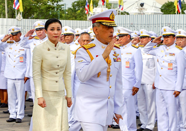 ملك تايلند ماها فاجيرالونجكورن يتزوج من نائبة رئيس قسم الأمن الشخصي الخاص به سوثيدا فاجيرالونجكورن نا أياتايا
