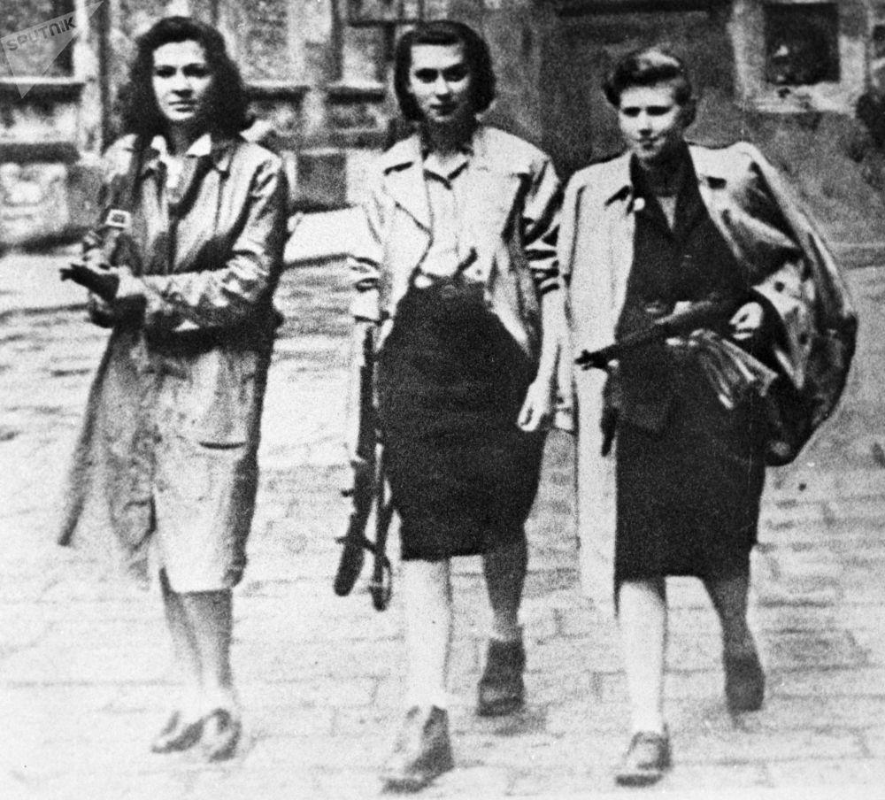 أعضاء حركة المقاومة في شوارع مدينة إيفريا الإيطالية خلال الحرب العالمية الثانية، عام 1945