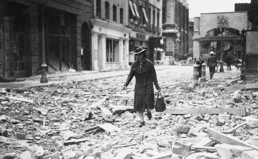 امرأة تحمل حقيبة تمشي على حطام الحرب في لندن عام 1940