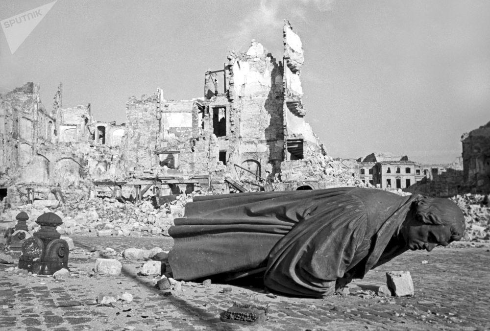 أنقاض مدينة درسدن الألمانية، ضربتها غارة جوية أمريكية، عام 1945