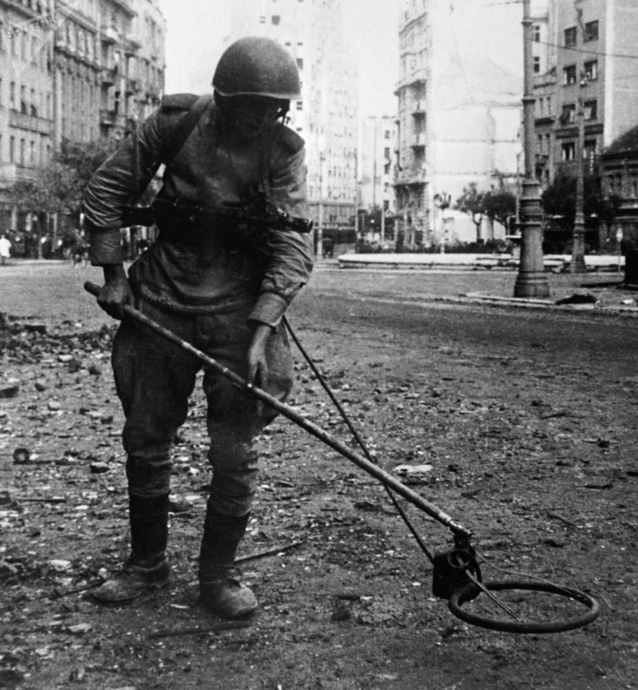الجندي السوفيتي خلال إزالة الألغام في مدينة بلغراد في صربيا، الحرب العالمية الثانية، عام 1944