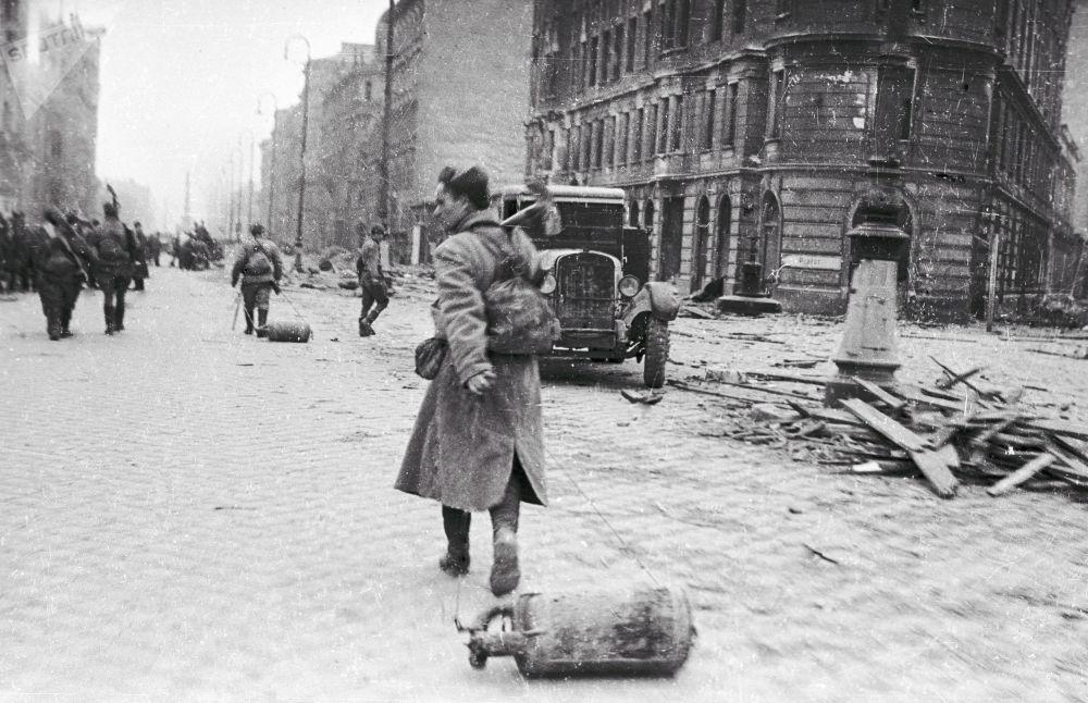 قاذفو اللهب يتوجهون إلى جبهات القتال في النمسا (عام 1945)