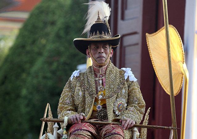 مسيرة ملك تايلاند الجديد للمعابد البوذية