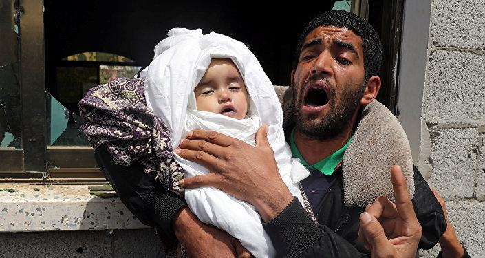 أحد أقارب الطفلة الفلسطينية صبا أبو عرار البالغة من العمر 14 شهرًا يحمل جثمانها خلال جنازتها في مدينة غزة