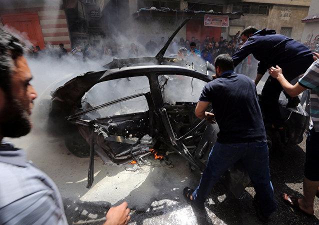 يحاول الفلسطينيون إطفاء حريق في سيارة أحد قادة حماس حامد أحمد عبد الخضري الذي قتل في غارة جوية إسرائيلية في مدينة غزة