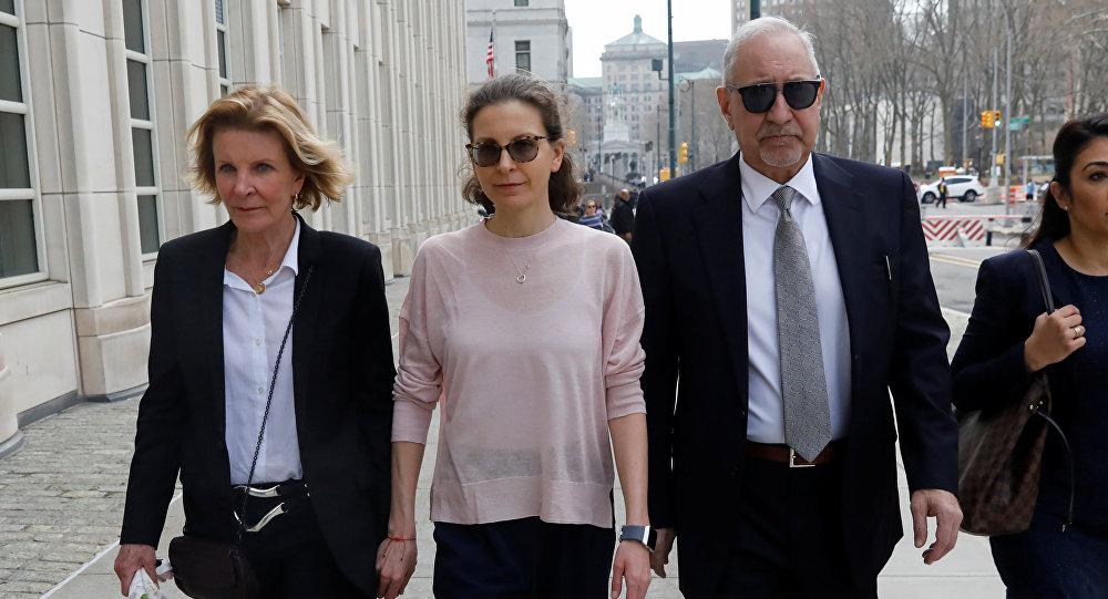 كلير برونفمان تصل إلى المحكمة الفيدرالية في بروكلين لمواجهة التهم المتعلقة بالاتجار بالجنس والابتزاز في قضية نيكسفم في نيويورك