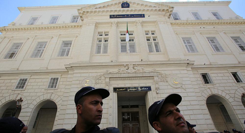 الشرطة تغلق الطريق بينما يحضر رئيس الوزراء الجزائري السابق أويحيى محكمة سيدي محمد في الجزائر العاصمة