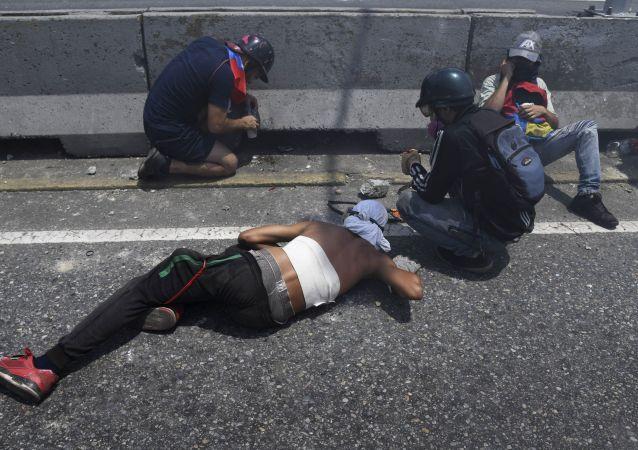 معركة من أجل فنزويلا - المتظاهرون يشتبكون مع الحرس الوطني الفنزويلي في حي ألتامير، في كاراكاس