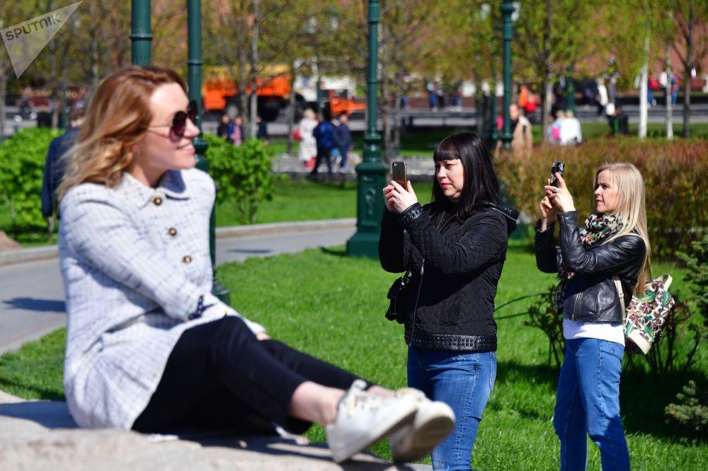 فتيات يلتقطن صورا في حديقة ألكسندر في موسكو