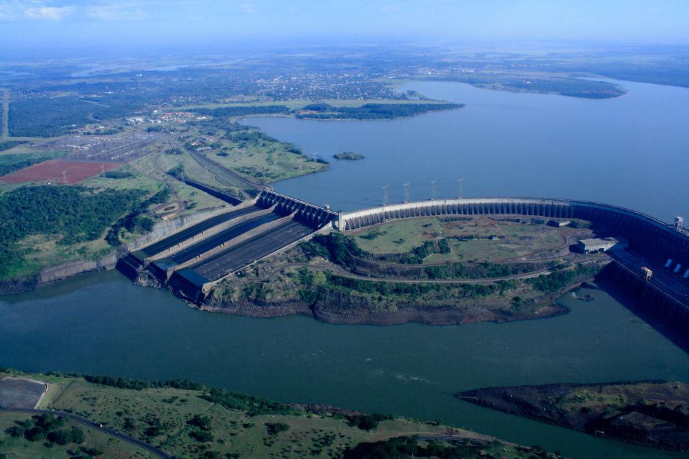 محطة إيتايبو لتوليد الطاقة الكهرومائية على نهر البارانا على الحدود بين باراغواي والبرازيل