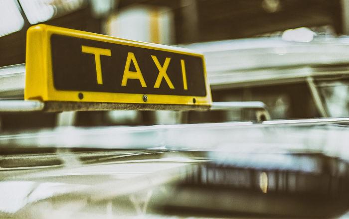 بالصور… أغرب طريقة يعتمدها سائق التاكسي للوقاية من كورونا