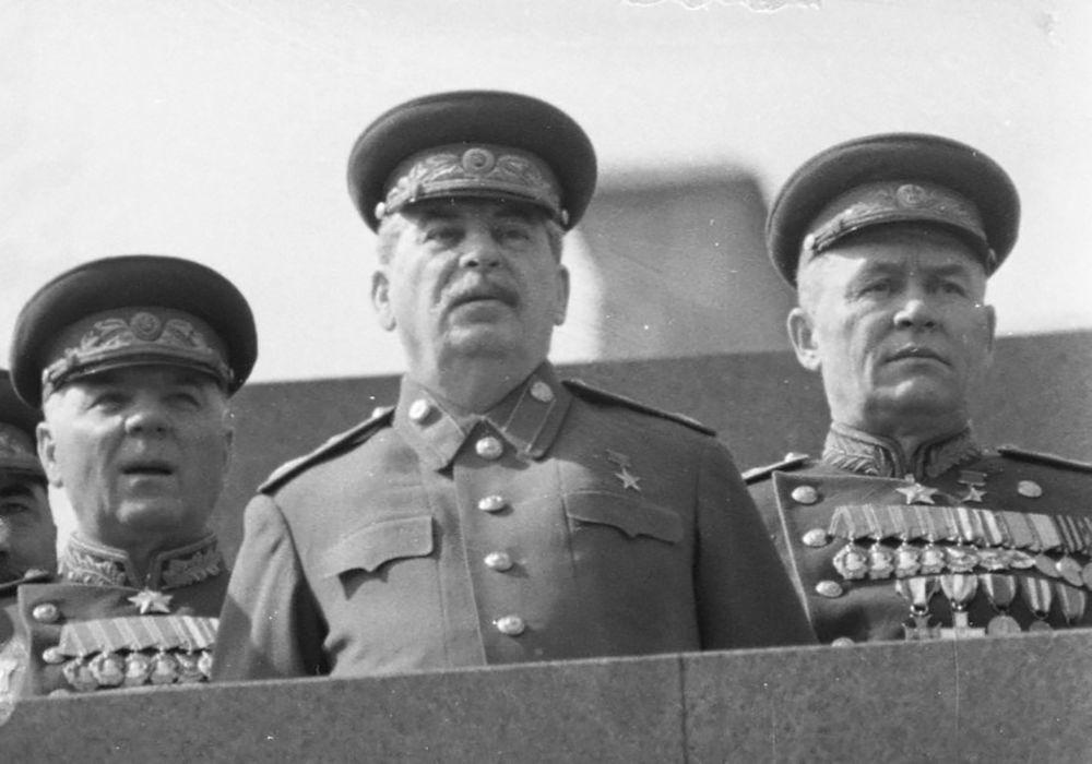زعيم الاتحاد السوفيتي جوزيف ستالين (وسط الصورة)، ومارشال الطيران العسكري ك. أ. فيرشينين (يمين) على الساحة الحمراء، عام 1946