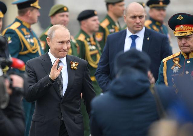 الرئيس الروسي فلاديمير بوتين أثناء العرض العسكري في الذكرى 74 لعيد النصر
