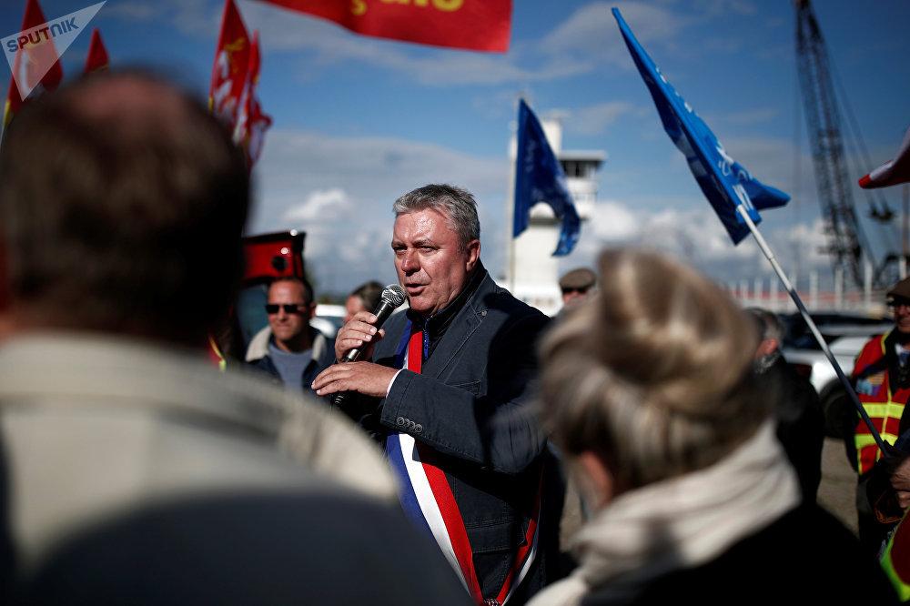 عضو البرلمان الفرنسي جان بول ليكوك يتحدث خلال مظاهرة للاحتجاج على تحميل الأسلحة على متن سفينة بحري ينبع التي تعمل لصالح وزارتي الدفاع والداخلية بالمملكة العربية السعودية في لوهافر في فرنسا