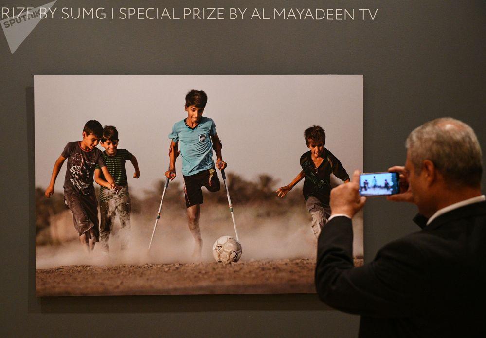 الفتى العراقي قاسم الكاظمي، بطل صورة الرغبة في الحياة، الفائزة بجائزة مسابقة أندريه ستينن الدولية التي استحدثتها وكالة روسيا سيغودينا الروسية، في موسكو