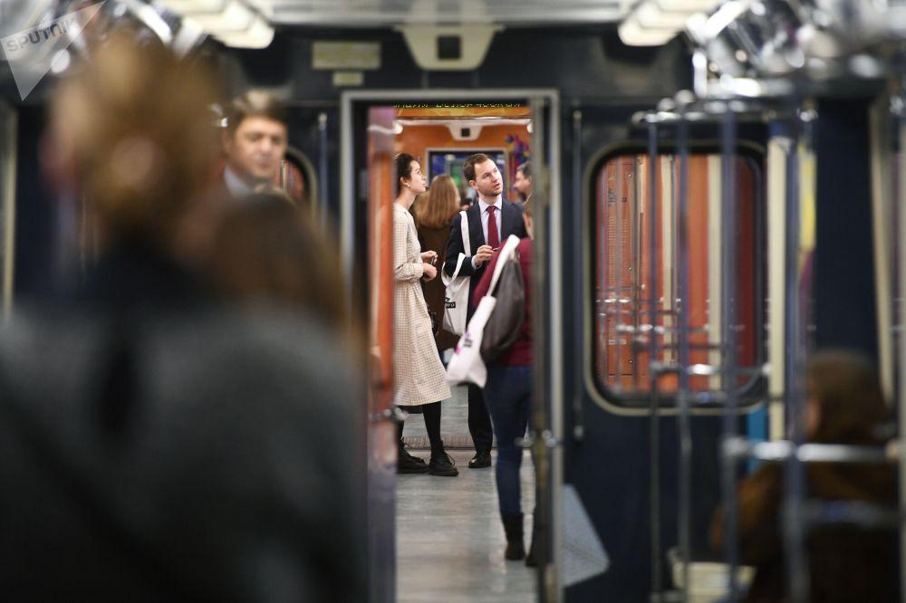 ركاب في مترو، موسكو 2017