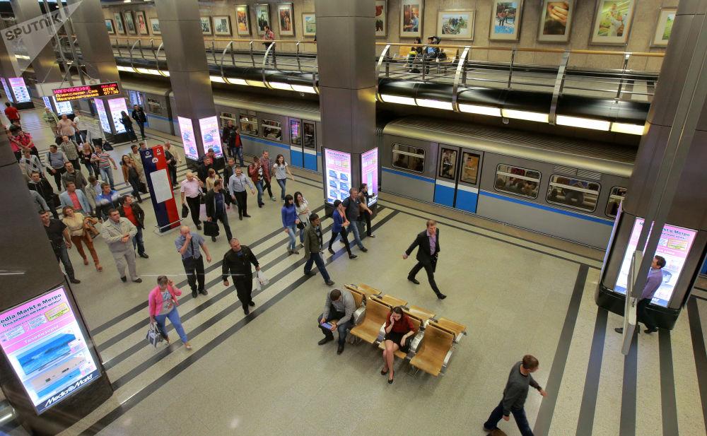 ركاب في محطة مترو فيستافوتشنايا، موسكو 2013