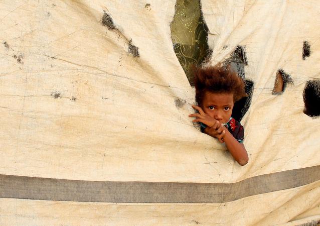 صورة لطفلة يمنية في معسكر مؤقت في منطقة عبس، في محافظة حجة شمال غرب اليمن في 13 مايو/ أيار 2019