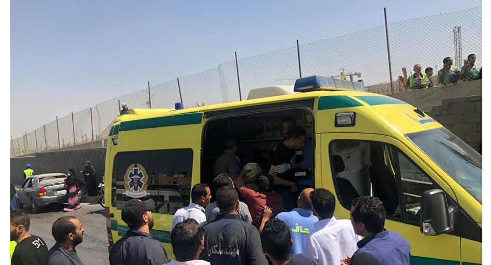 سيارات الإسعاف تنقل مصابين انفجار عبوة ناسفة بالقرب من حافلة سياحية في القاهرة