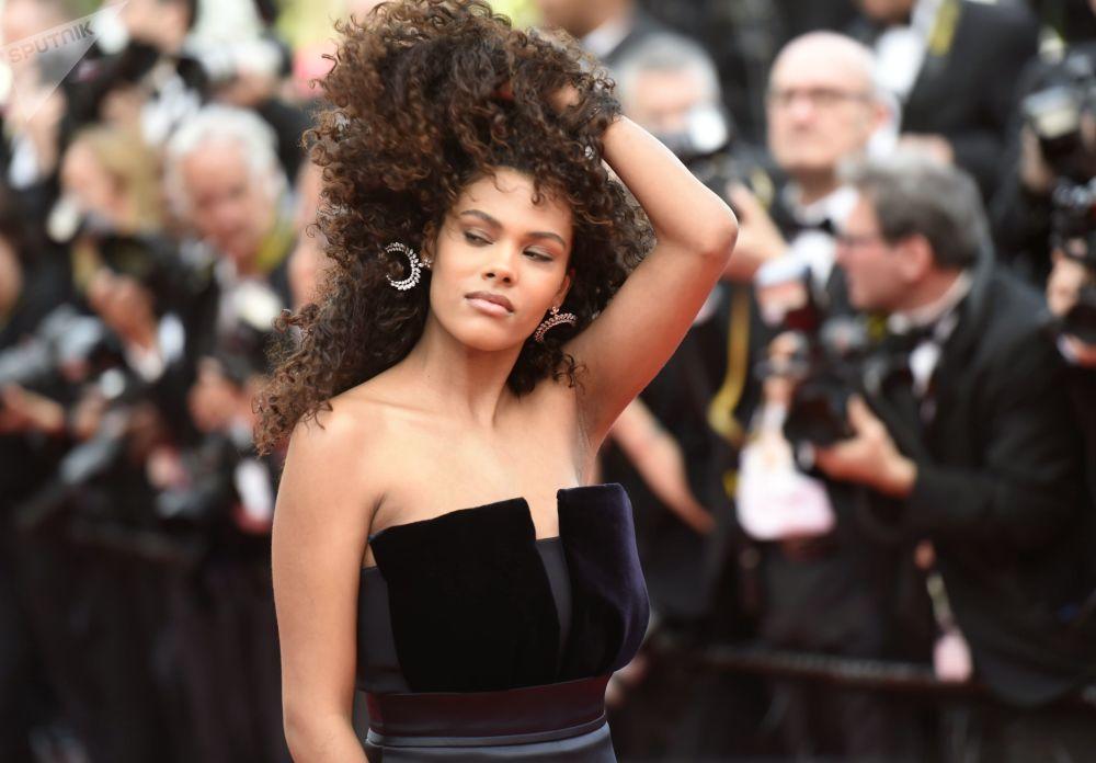 عارضة الأزياء تينا كوناكي على السجادة الحمراء لمهرجان كان السينمائي الدولي في نسخته الـ72