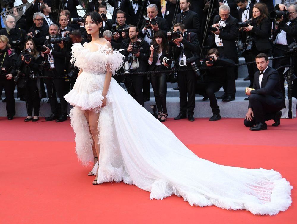 الممثلة سين تشجيلاي من هونغكونغ على السجادة الحمراء لمهرجان كان السينمائي الدولي في نسخته الـ72