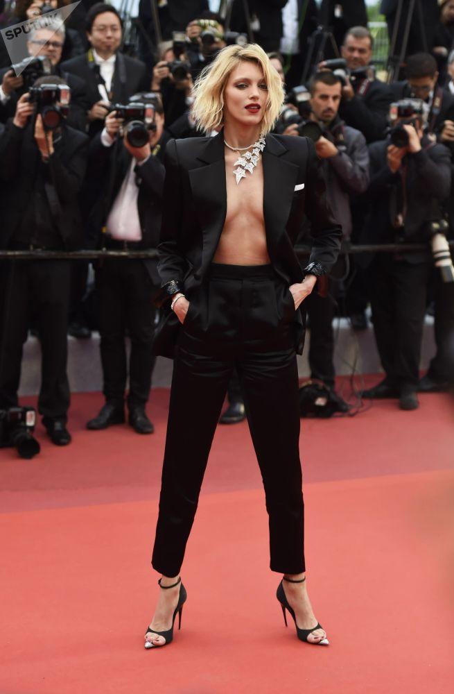 عارضة الأزياء البولندية آنيا روبيك على السجادة الحمراء لمهرجان كان السينمائي الدولي في نسخته الـ72