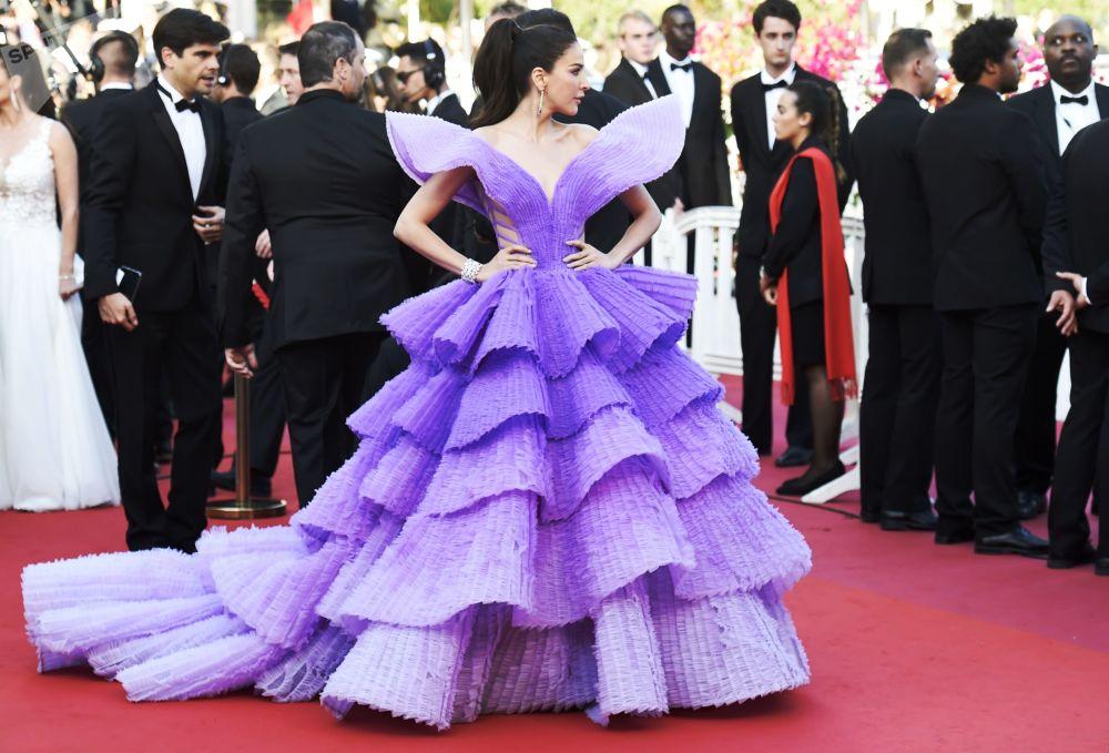 عارضة الأزياء شريريتا جينيسن على السجادة الحمراء لمهرجان كان السينمائي الدولي في نسخته الـ72